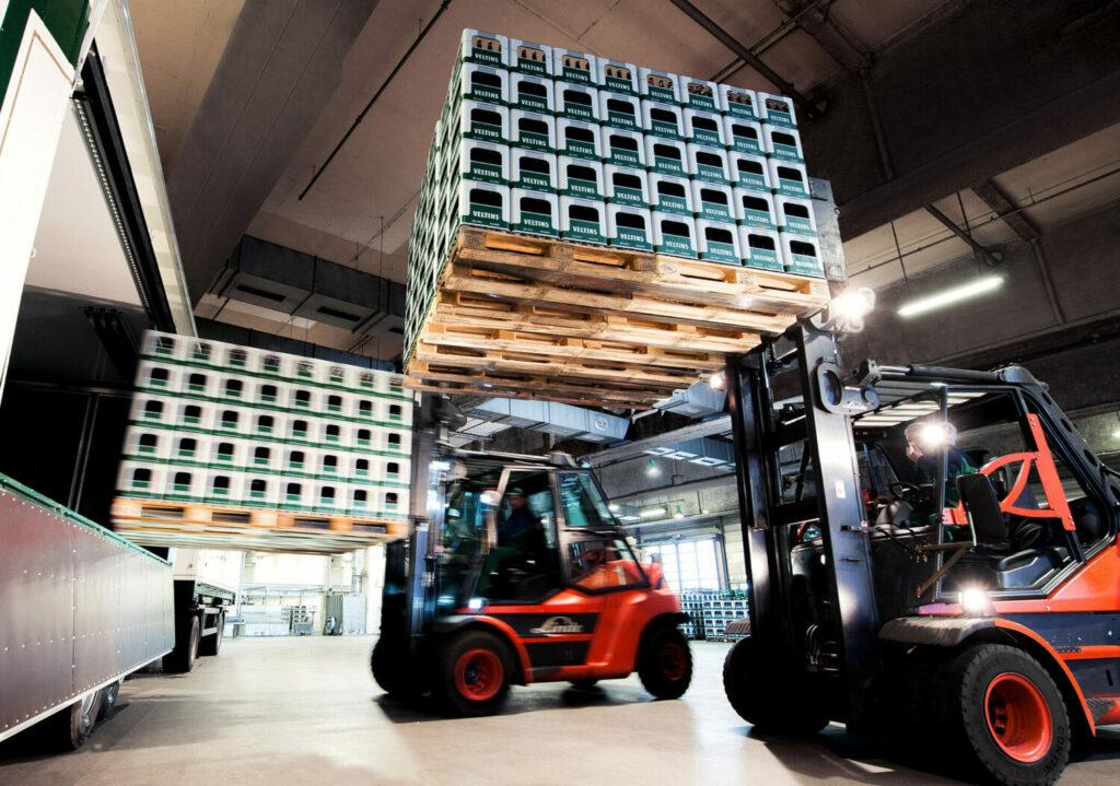 Modernste Technik sorgt im Logistikzentrum der Brauerei C. & A. VELTINS fuer einen schnellen und reibungslosen Ablauf.