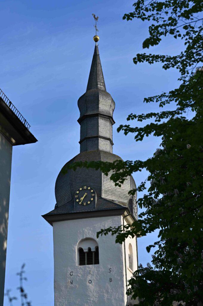 Der Kirchturm ist die älteste Ein-Turm-Anlage nördlich der Alpen.
