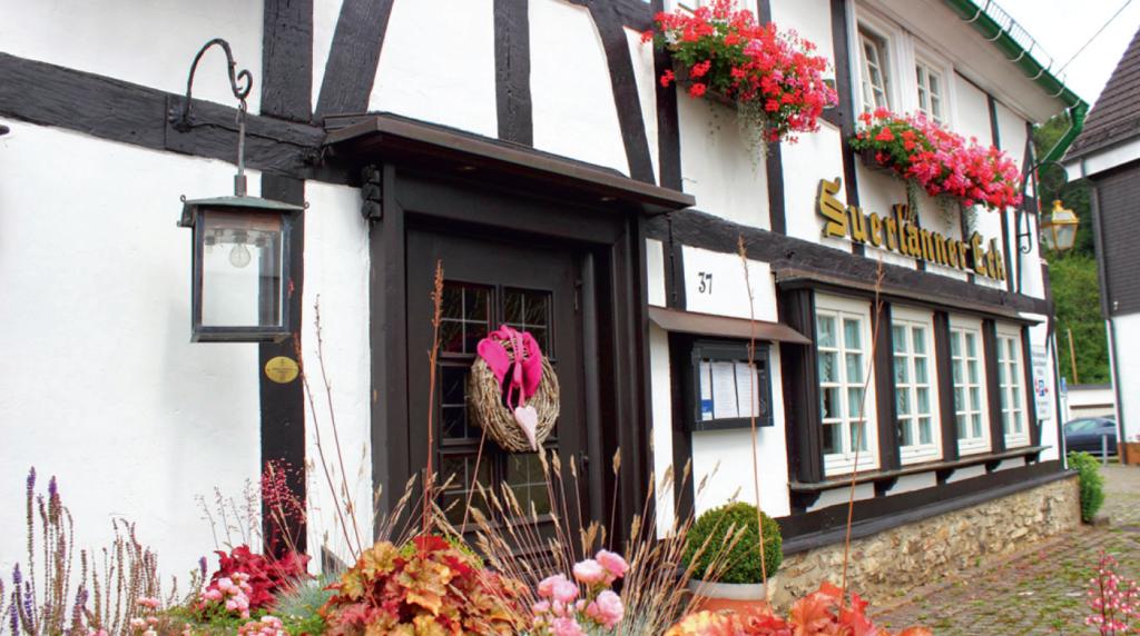 """Seit 500 Jahren bietet das Haus vom """"Suerlänner Eck"""" in der Kurve einen Ort der Einkehr für Kirchveischeder und Durchreisende. Foto: Stefanie Rameil"""