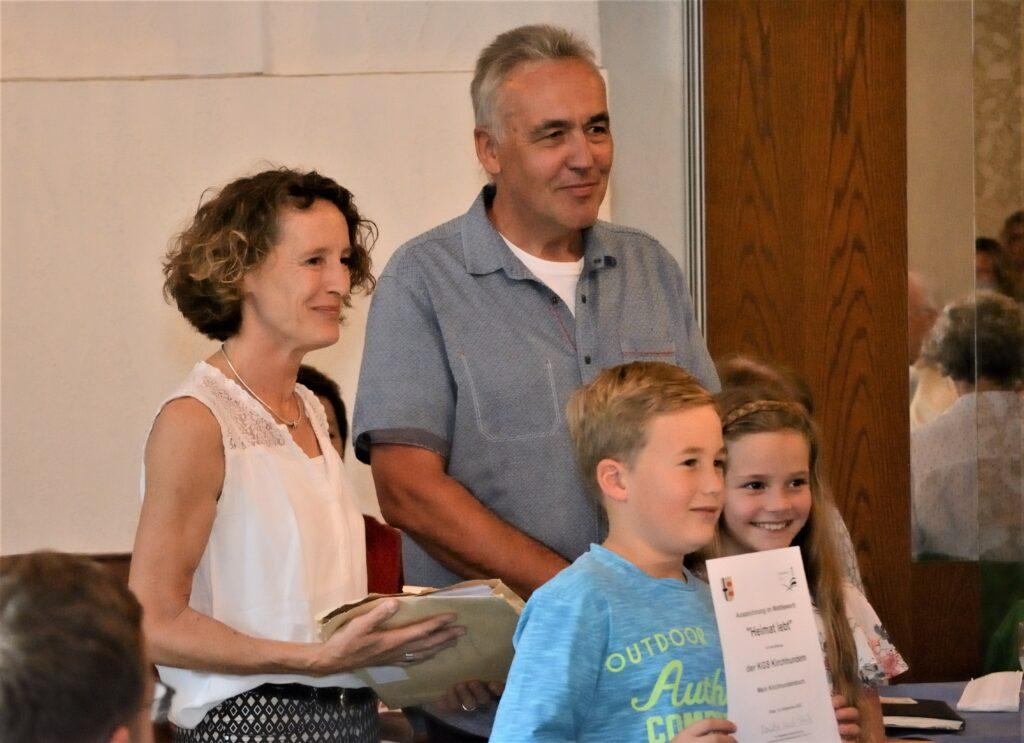 Erstmals wurde auch eine Grundschulklasse ausgezeichnet: Lennard Balve und Zoe Hatzfeld mit ihrer Lehrerin Anna Marx und Laudator Uli Selter (Foto: Martin Kuschel)