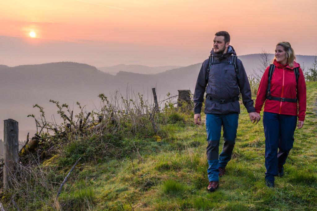 """Ein Pärchen genießt seine Wanderung in den Sauerland-Wanderdörfern. Die wurden auf der Messe TourNatur erneut als """"Qualitätsregion Wanderbares Deutschland"""" ausgezeichnet"""