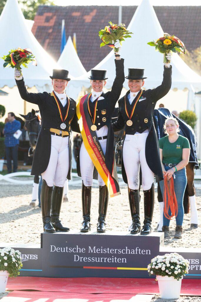 Neue Deutsche Meisterin Jessica von Bredow-Werndl (m) mit Isabell Werth (li) und Dorothee Schneider (re).