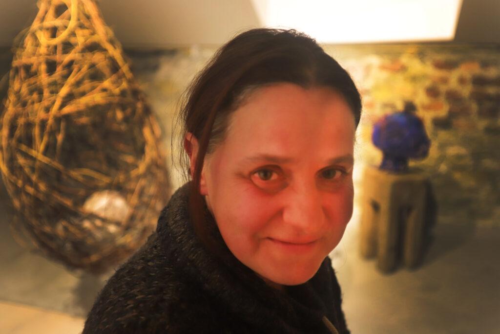 Die Akademische Künstlerin und Kunstpädagogin Anda Dinu leitet die Kleine Kunstakademie