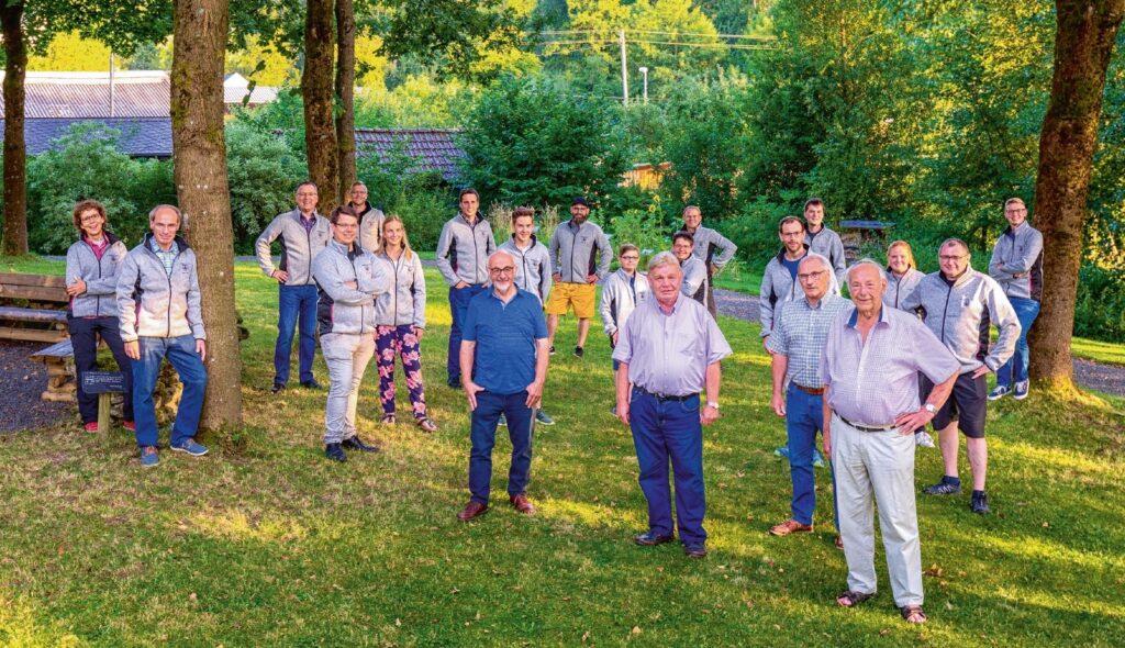 Aktive und passive Mitglieder des Schießsportvereins trafen sich zum Fotoshooting im Dorfpark Lenne.