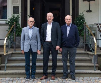 Von links nach rechts: Hubert Soemer, Bernd Rickert und Gerhard Luther vor dem Hotel Störmann.