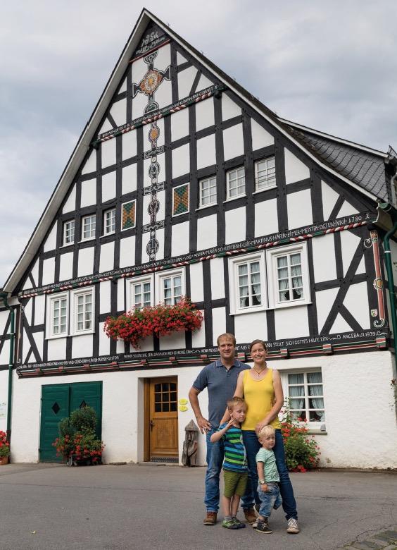 Familie Voß vor ihrem Familienhof in Lenne.
