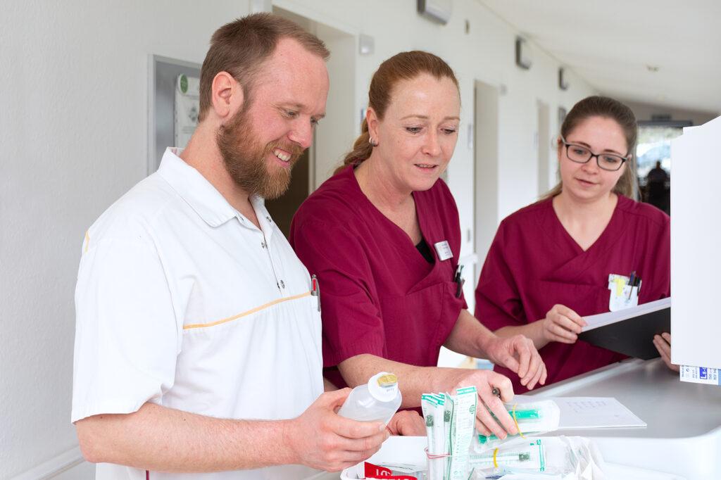 Johannes Vehring, Jutta Voigt und Case-Managerin Marie Kremer gehören zum Pflegedienst der Neurologischen Klinik Sorpesee. Foto: NKS