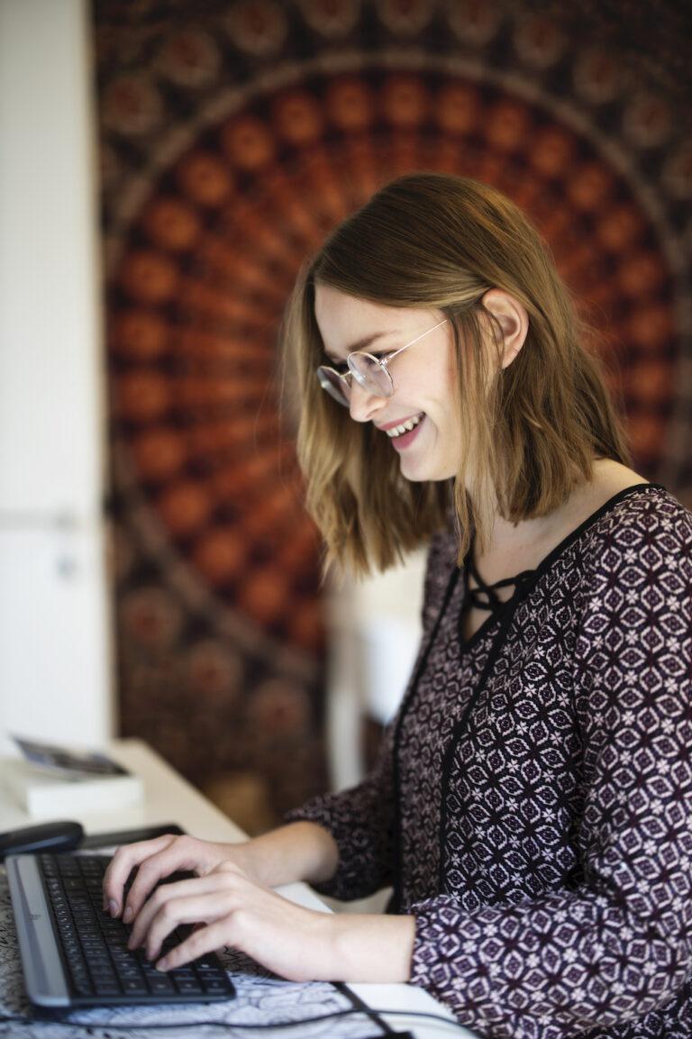 Clara Blais ist 1999 geboren und lebt zusammen mit drei Studentinnen in einer WG in Paderborn. Sie studiert dort soziale Arbeit und möchte nach ihrem Studium mit Kindern und Jugendlichen arbeiten. Das Jugendbuch