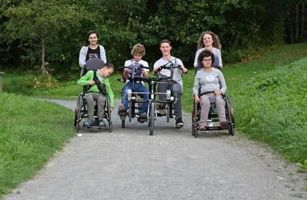 Draußen unterwegs an den Ruhrauen mit Benno H., Felix T., Luzie H. und Laurent W. (nicht im Bild) sowie der Kollegin Ramona Behnke. Foto: Jürgen Eckert