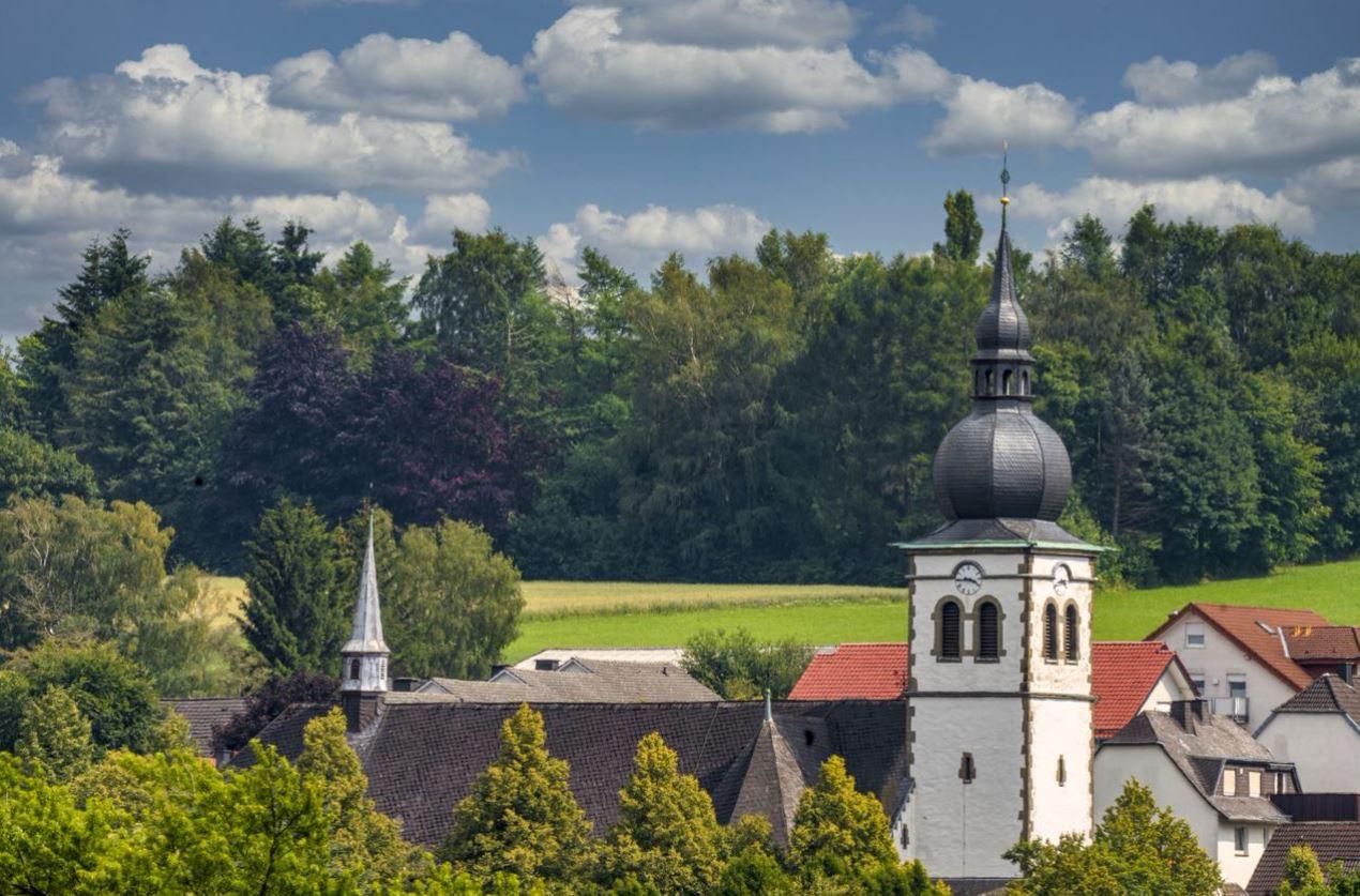 Suttrop – wo die Kirche noch mitten im Dort steht. Foto: S. Droste