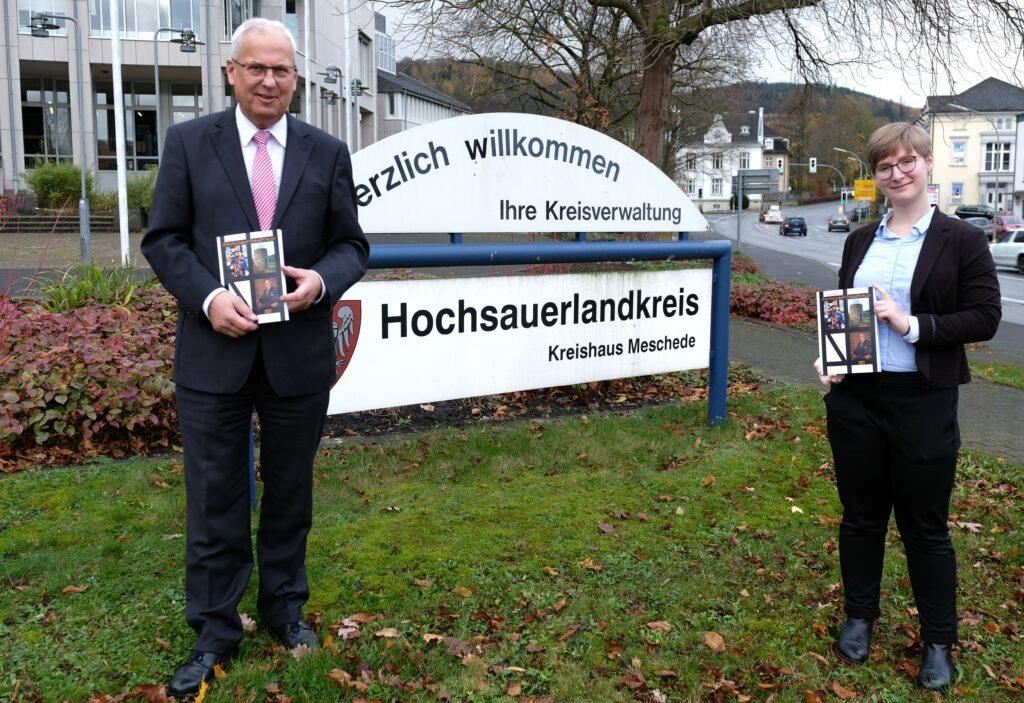 Landrat Dr. Karl Schneider und Kreisarchivarin Susi Frank präsentieren das Jahrbuch des Hochsauerlandkreises 2021.
