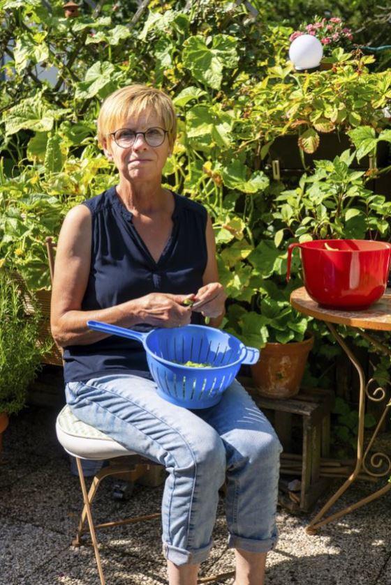 Trudi Sommer beim Bohnenschnibbeln. Foto: S. Droste