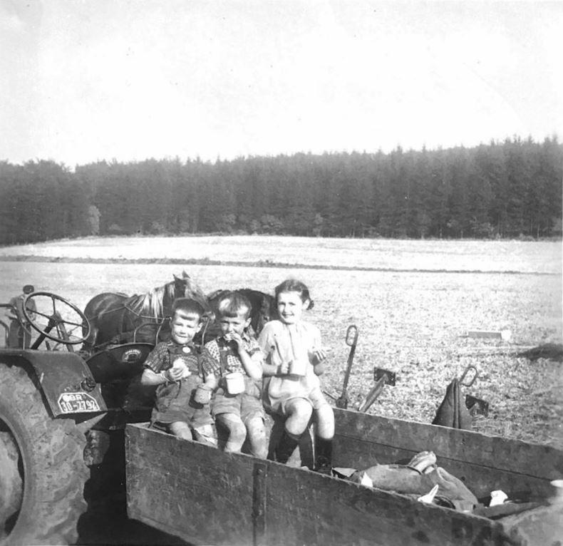 1955: Der Trecker steht an der gleichen Stelle, wo sich heute die Beete befi nden.