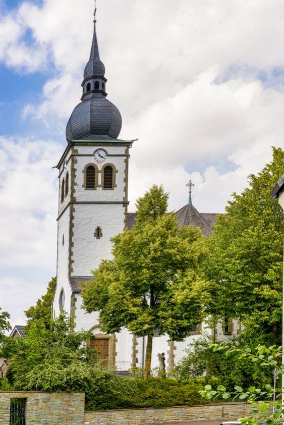 Mittelpunkt im Dorf: die St. Elisabeth-Kirche. Foto: S. Droste