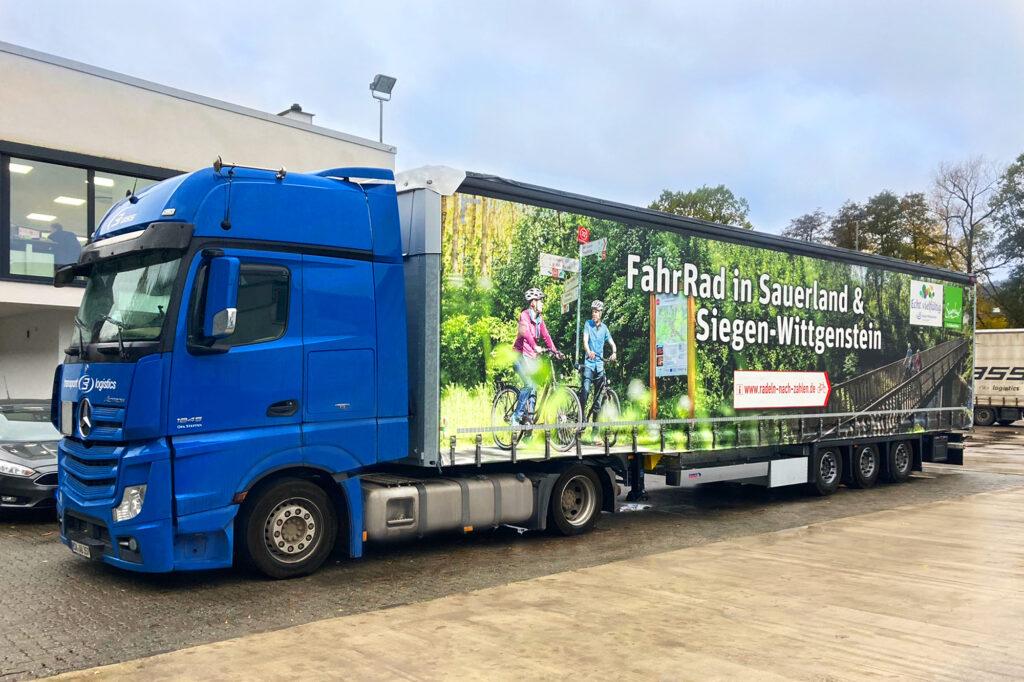 Der neue LKW der Spedition Brass aus Medebach macht ab sofort deutschlandweit Werbung für das Radfahren in Sauerland und Siegen-Wittgenstein.