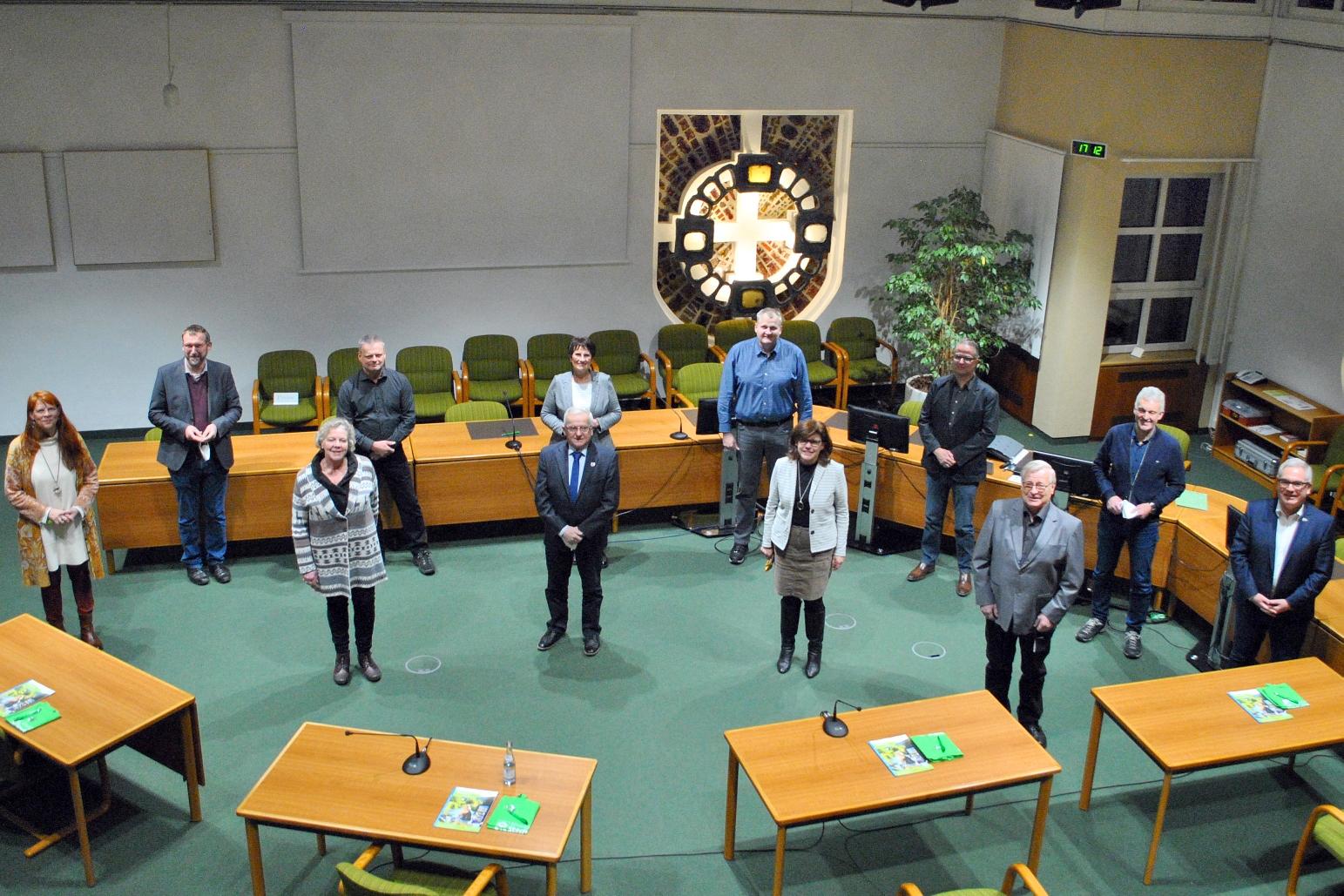 Bürgermeister Wolfgang Fischer (re.) hat gemeinsam mit seiner Allgemeinen Vertreterin Elisabeth Nieder (li.) die neuen Ortsvorsteherinnen und Ortsvorsteher der Stadt Olsberg in ihr Amt einge-führt. Bildnachweis: Stadt Olsberg