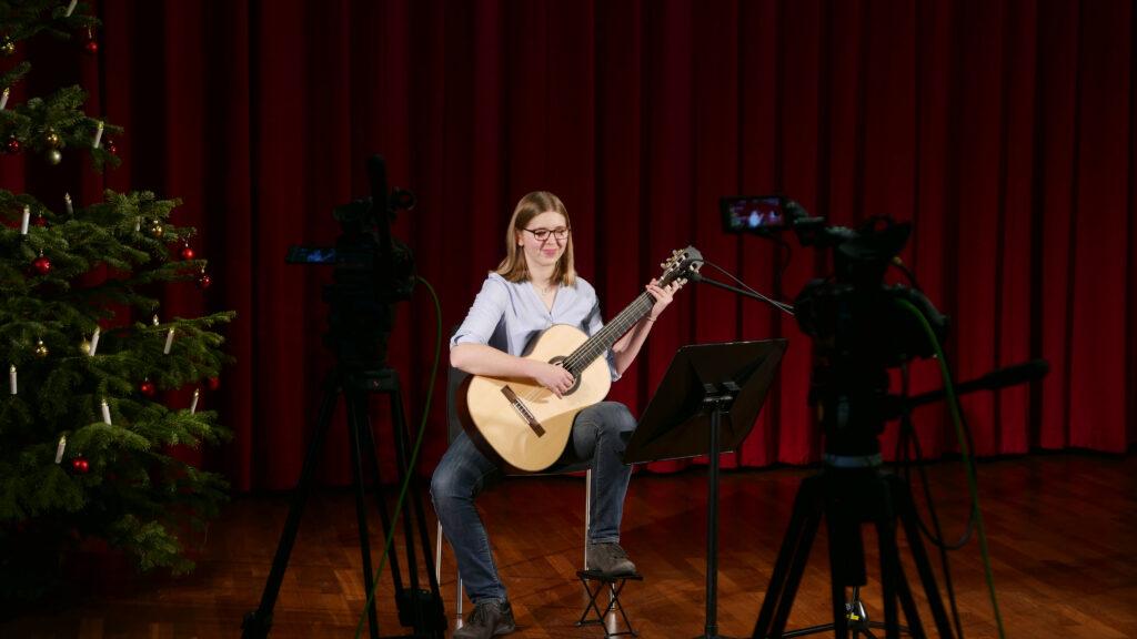Svenja Quentmeier, Schülerin der Musikschule des Hochsauerlandkreises, wird mit ihrer Gitarre ein Weihnachtsstück präsentieren. Foto: HSK