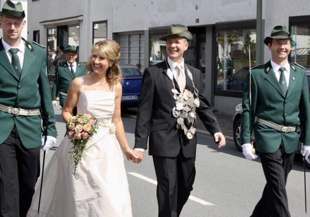 Bodenständig: ThTheo Melcher als Schützenkönig von Fretter 2008/2009. An seiner Seite Ehefrau und Königin Christina. Foto: Privat
