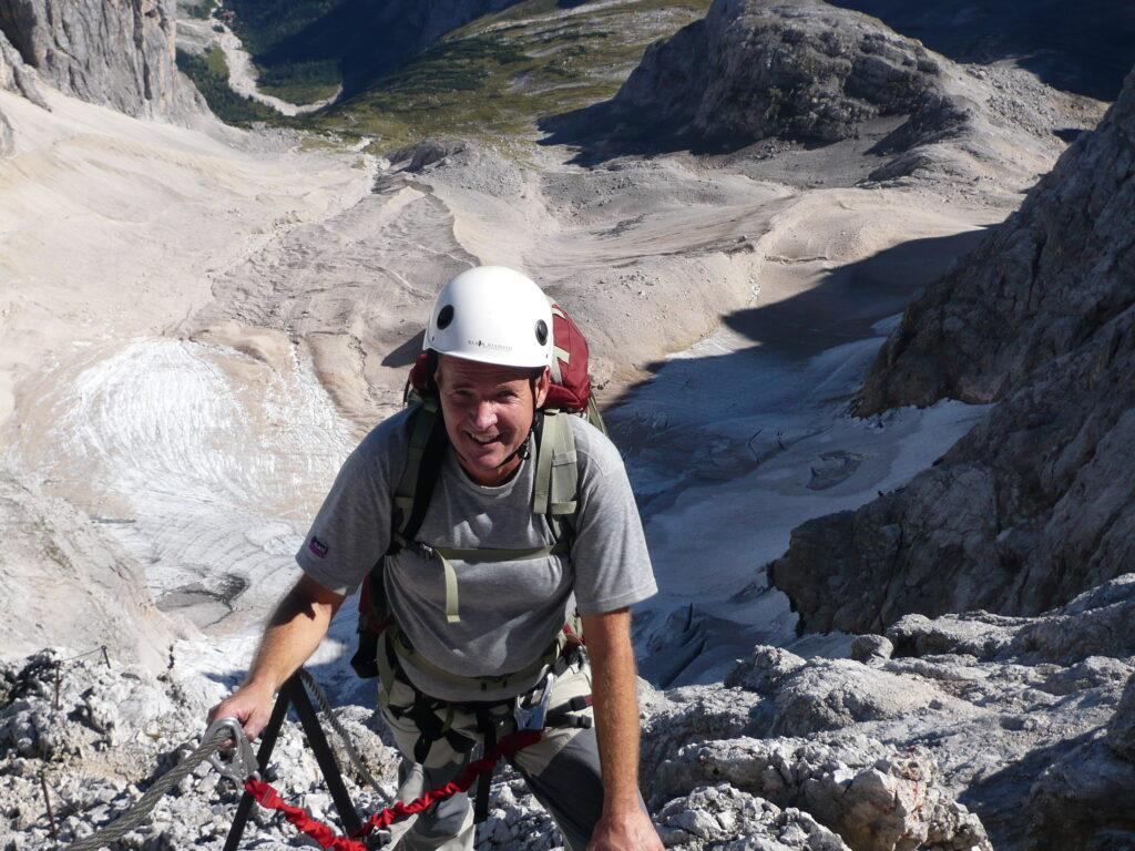"""Auf dem Weg nach oben: Theo Melcher, leidenschaftlicher Wanderer und Bergsteiger, beim Aufstieg zur """"Zugspitze"""" durch das Höllental. Foto: privat"""