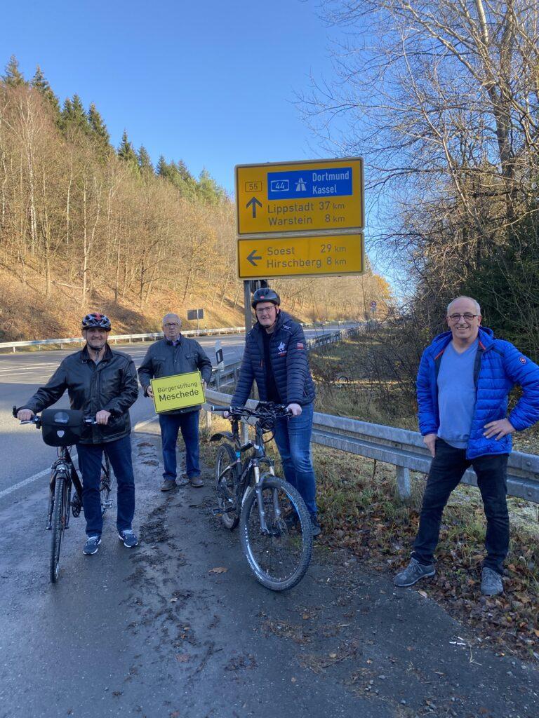 Bürgerradweg soll Ruhrtalradweg und Möhnetalradweg verbinden. Von links nach rechts Jörg Hohmann, Jürgen Dörner, Stefan Toschinski und Franz Linneboden. Foto: Jörg Hohmann