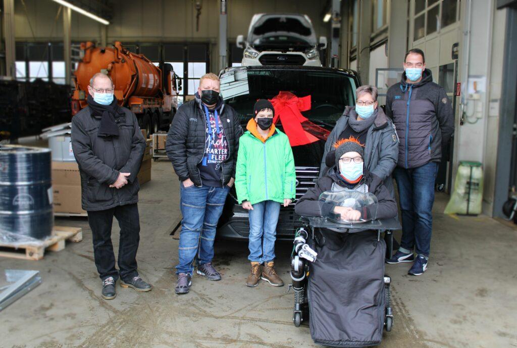 Die Freude, Überraschung und Erleichterung war groß: Robin und seine Familie freuen sich über ihr neues, sicheres Fahrzeug. Foto: Lächelwerk e.V.