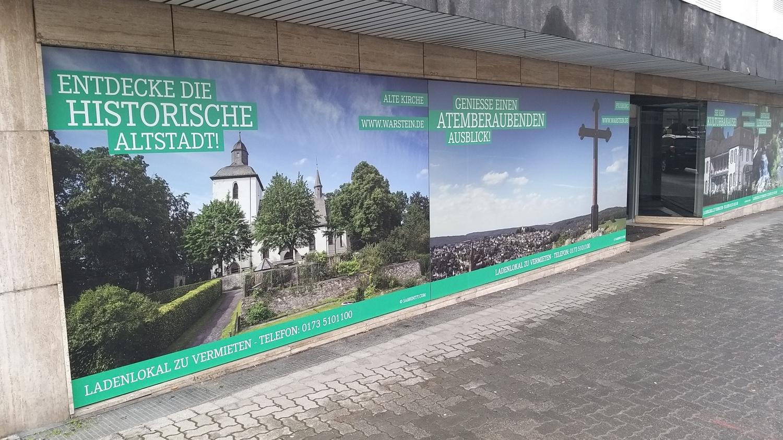 Schaufenster an der Hauptstraße werben für die Stadt Warstein Foto: Jeroen Tepas