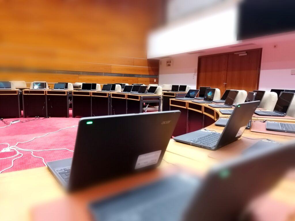 Sitzungssaal im Mescheder Rathaus: Wo sonst die Ratsmitglieder über Projekte, Finanzen und Stadtentwicklung entscheiden, wurde eine Unzahl an digitalen Endgeräten für ihren Einsatz vorbereitet. Foto: Stadt Meschede