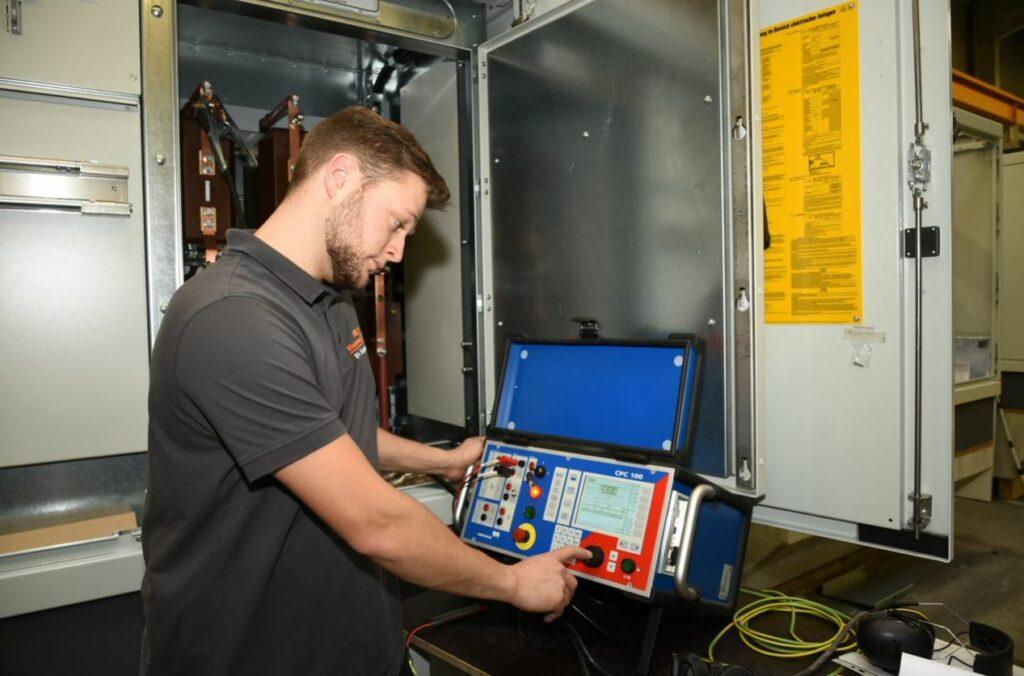 Florian Stuhldreier (Elektroniker) bei der Werksabnahme einer Transformatorenstation.