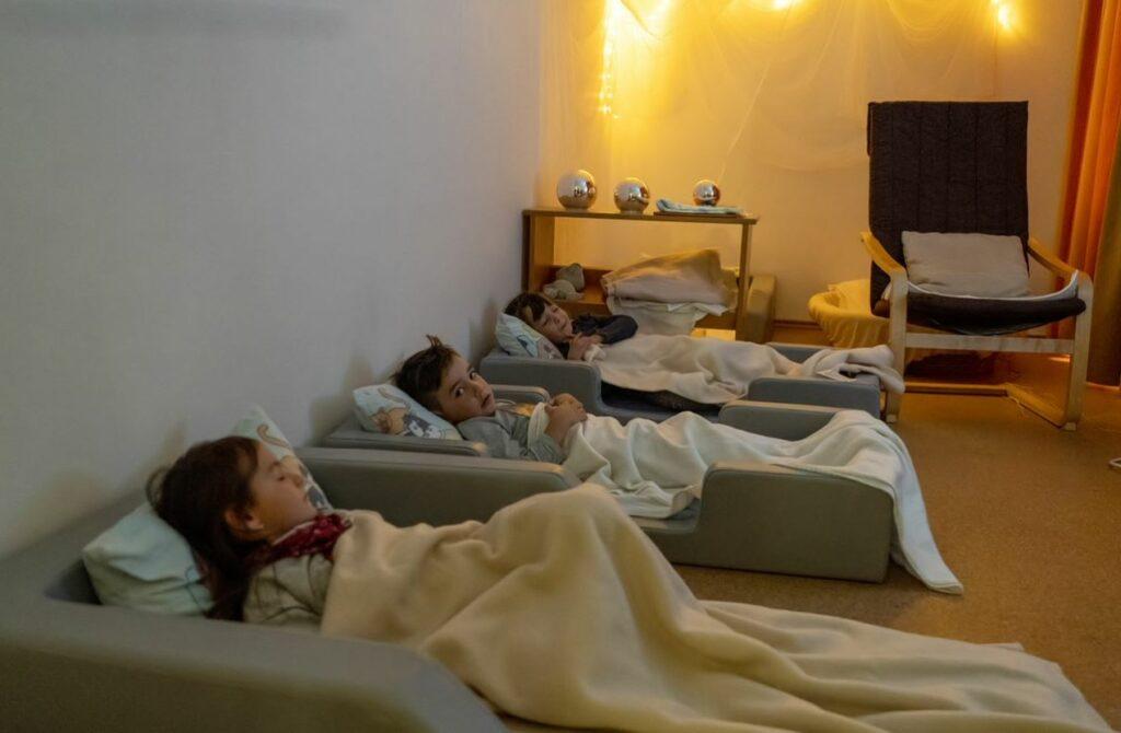 Kinder im Schlafraum
