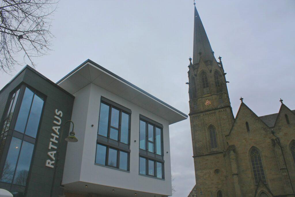 Der neue Rathaus-Anbau der Stadt Warstein setzt das gesamte Marktplatzumfeld in ein neues, modernes Licht