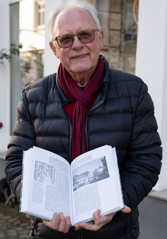 Joachim Nierhoff mit dem neuen Buch von Hubertus Halbfas.