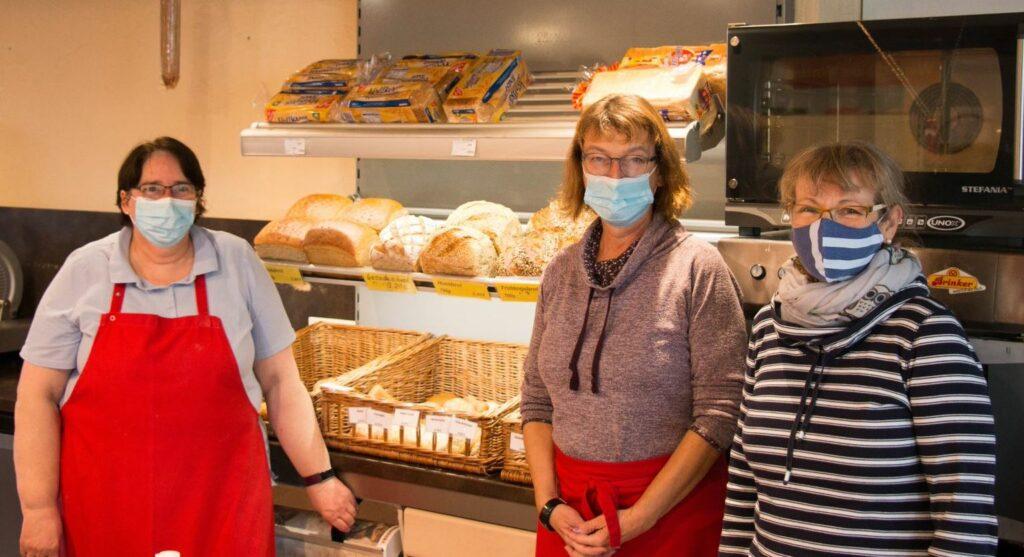 Geschäftsführerin Jutta Kunz (rechts) gemeinsam mit zwei von insgesamt acht Verkäuferinnen des DORV-Zentrums in Völlinghausen