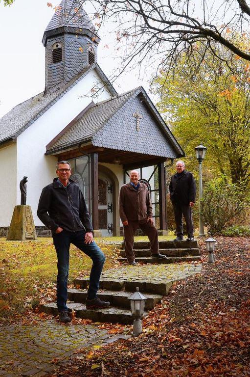 Martin Niggemann (Ortsvorsteher) sowie die beiden Mitbegründer des Kapellenbauvereins Karl-Josef Niggemann und Josef Hillebrand (v.l.)