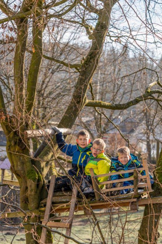 Jannis, Linus, Mattis in ihrem Baumhaus (v.l.)