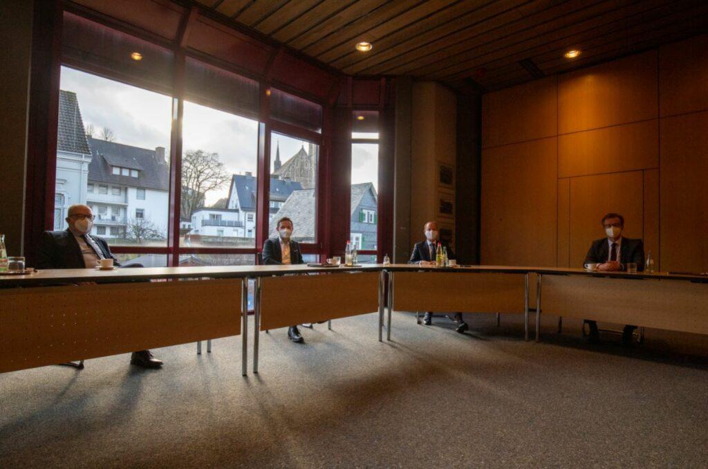 Zusammenarbeit auf Augenhöhe – in der Coronazeit mit Abstand. Landrat Theo Melcher (2. von rechts) und die Bürgermeister Achim Henkel, Björn Jarosz und Tobias Puspas.