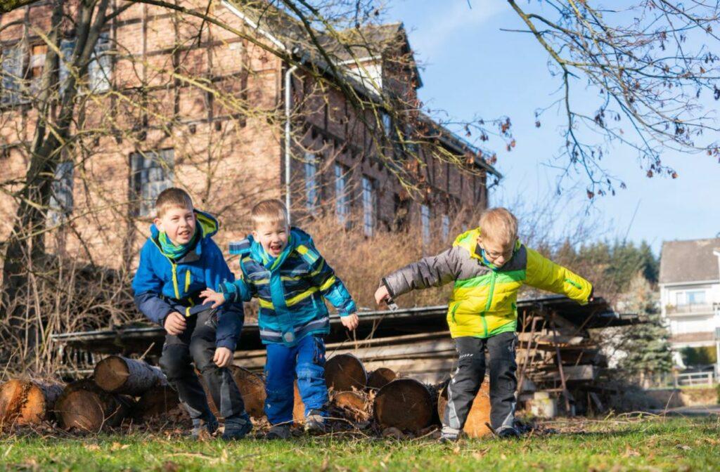 Die Jungs erleben ihre Abenteuer vor der Haustüre