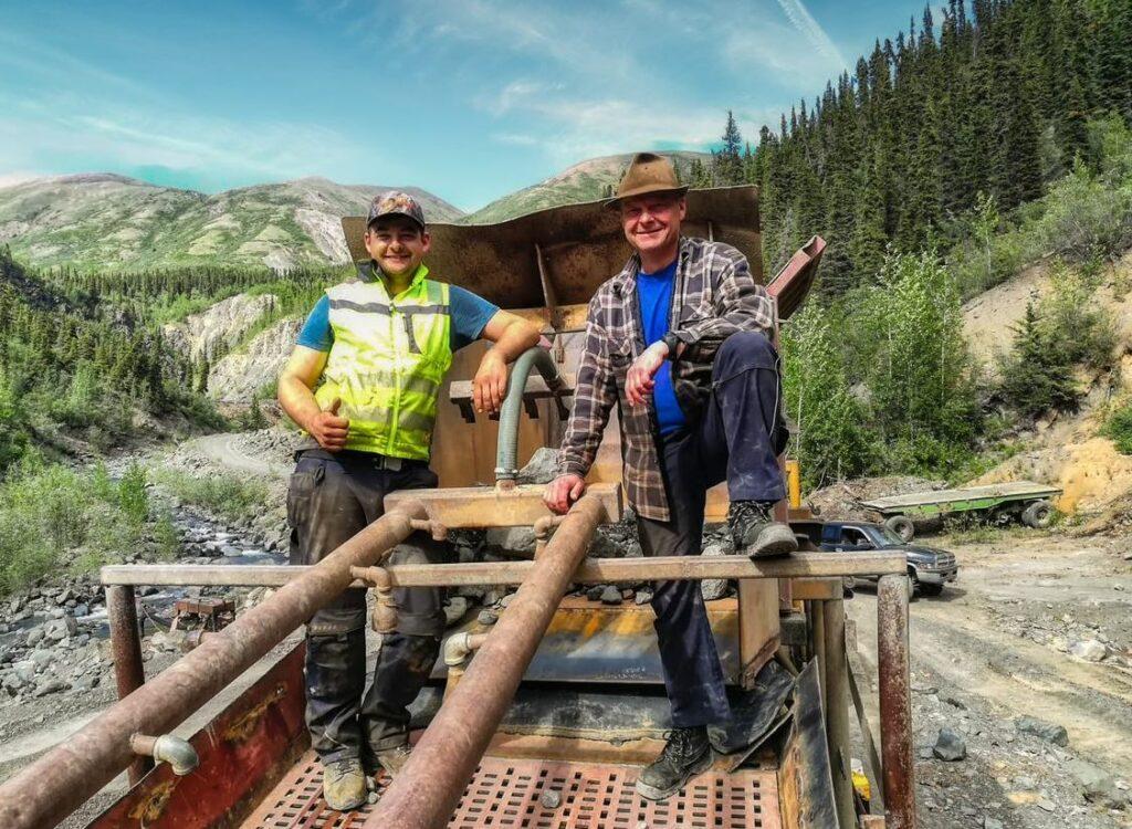 Max Rüther mit seinem Vater Andreas, der schon mehrmals für drei bis vier Wochen auf der Goldmine im kanadischen Yukon geholfen hat.