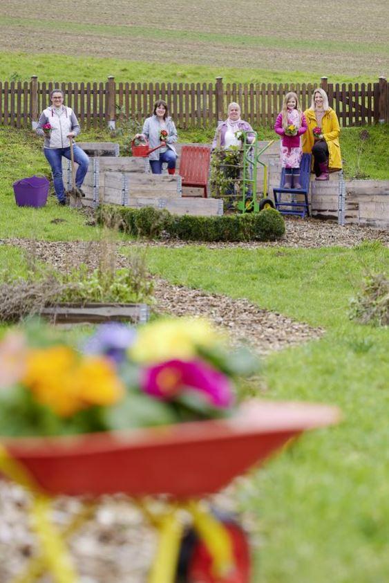 Einige der fleißigen Gärtnerinnen (v.l. Hildegard Czubkowski, Anja Stodt, Anja Schreiber-Oberg, Eleni und Steffi Kroll)