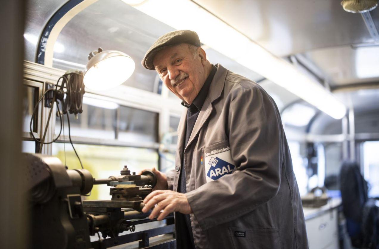 Theo Mühlenbein im Inneren des Werkstattbusses, an den voll funktionsfähigen Werkbänken