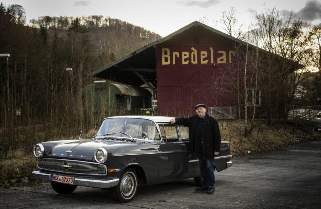 Sie strahlen um die Wette, der Opel Kapitän und Theo Mühlenbein, der ihn wieder so top in Schuss gebracht hat