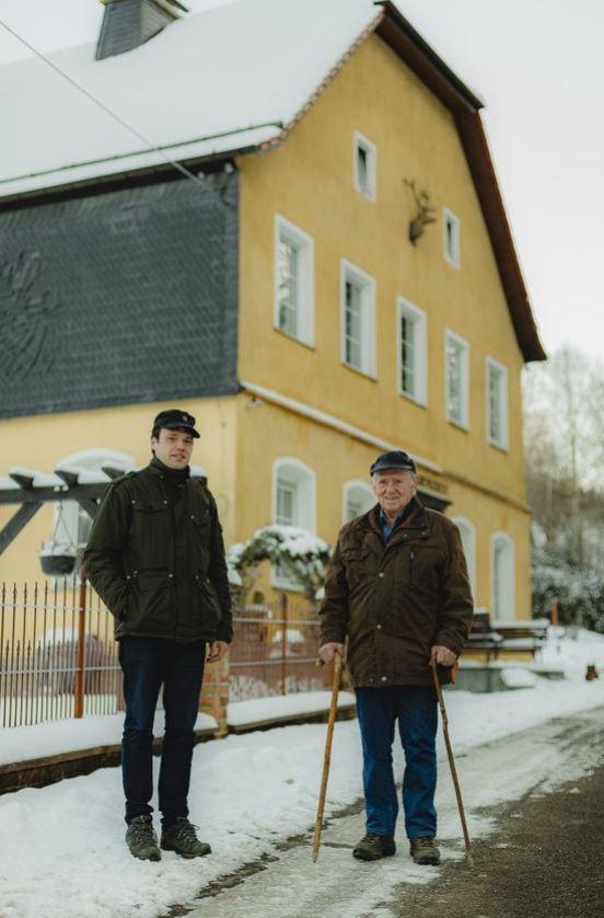 Jung und Alt fühlen sich in Brenschede pudelwohl: Holger Hengesbach (l.) und Fritz Schwermann.