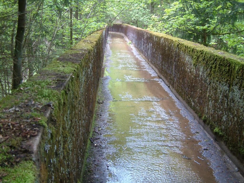 Je weniger Schwemmmaterial sich in dem Aquädukt befindet, umso höher ist die Fließgeschwindigkeit des Baches.