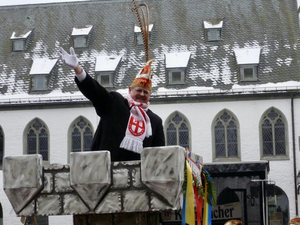 Otto Höffer 2013 im Veilchendienstagszug als Jubelprinz. Im Hintergrund das Südsauerlandmuseum am Attendorner Marktplatz.