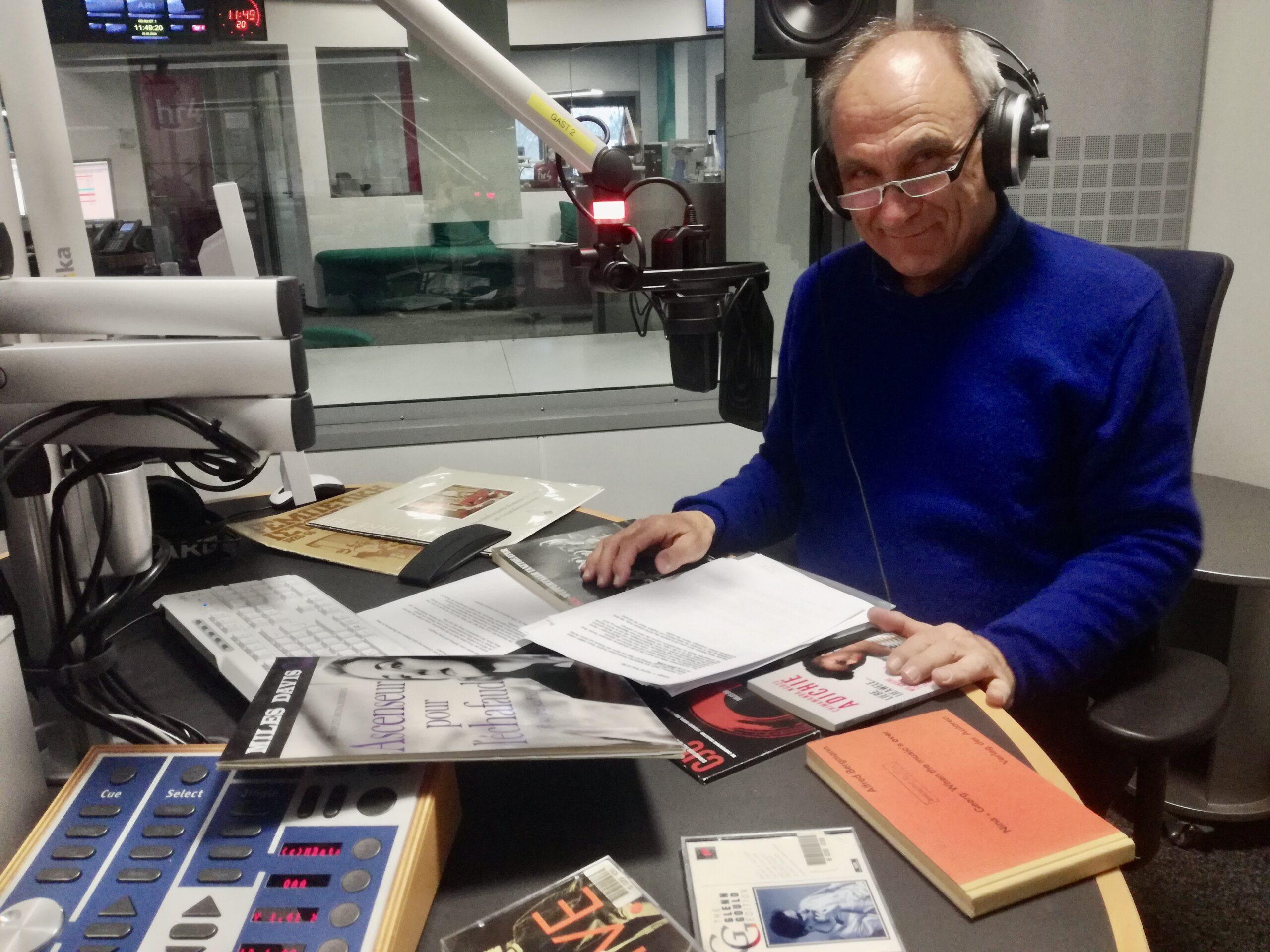 """""""Klassik – Pop – et cetera"""" im Deutschlandfunk. Bernd Leifeld kam mit einem Wäschekorb mit alten Schallplatten ins Studio. Die Sendung ging unter die Haut."""