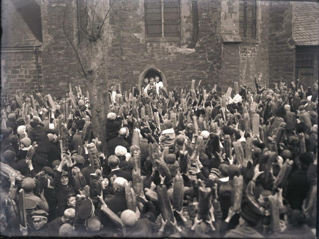 Aus Höffers Stadtarchiv: Segnung der Attendorner Ostersemmel um 1930. Der Brauch ist über 350 Jahre alt.