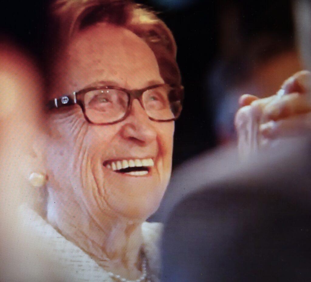 """Bei Leifelds Verabschiedung in den Ruhestand: """"Meine Mutter ist 93 – und sieht jetzt, wie ihr Sohn in Rente geht!"""" Da musste auch Mama Hilde im Publikum lachen."""