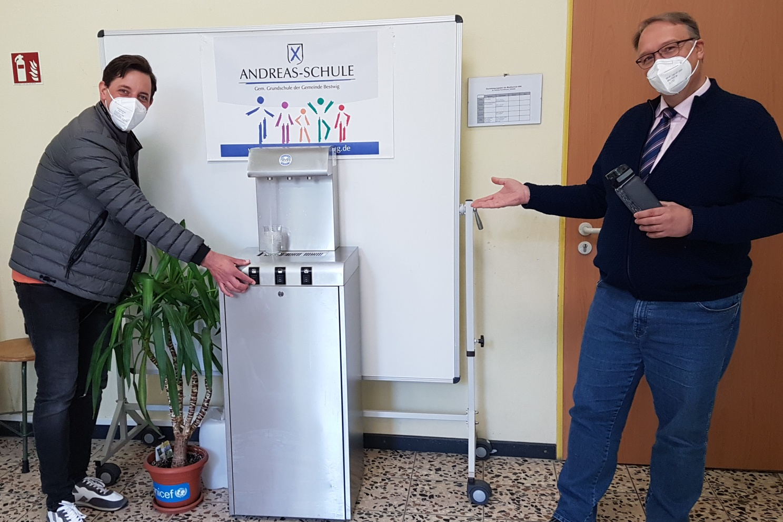 Der Lions Club Olsberg-Bestwig stiftet einen hochwertigen Trinkwasserspender für die Andreas-Schule in Velmede - sehr zur Freude von (v. li.) Clubpräsident Marc Strehl und Schulleiter Matthias Risse.