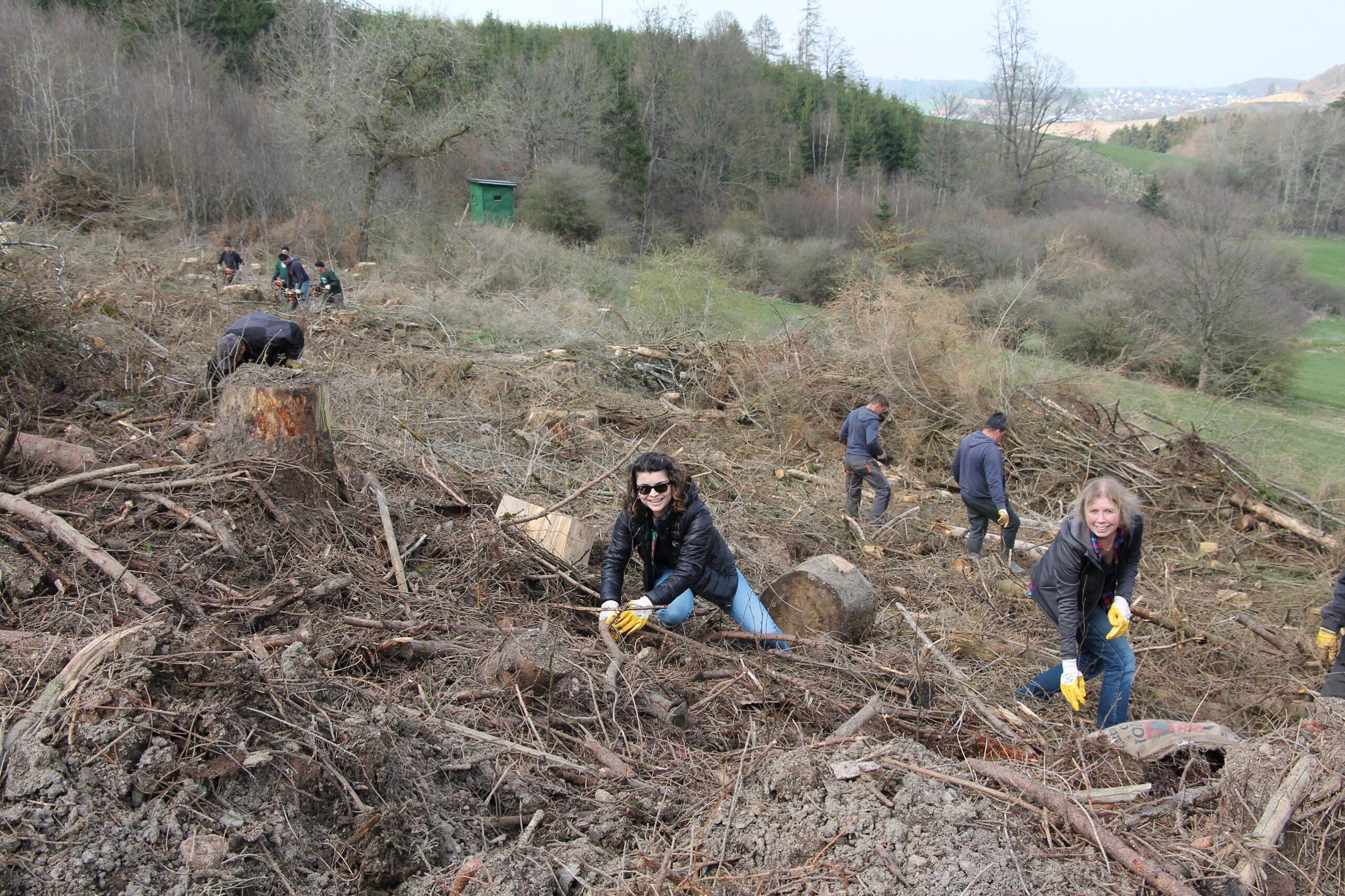 Das Bild zeigt das REMBE green Team bei der Pflanzung der ersten Bäume Mitte April 2021.