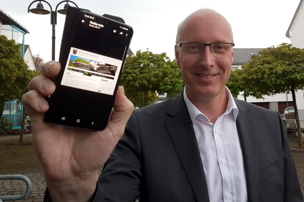 """""""Nuttlar-Info"""" heißt der Nachrichtenkanal, den Ortsvorsteher Markus Sommer eingerichtet hat. Mehr als 440 Teilnehmerinnen und Teilnehmer machen inzwischen mit."""