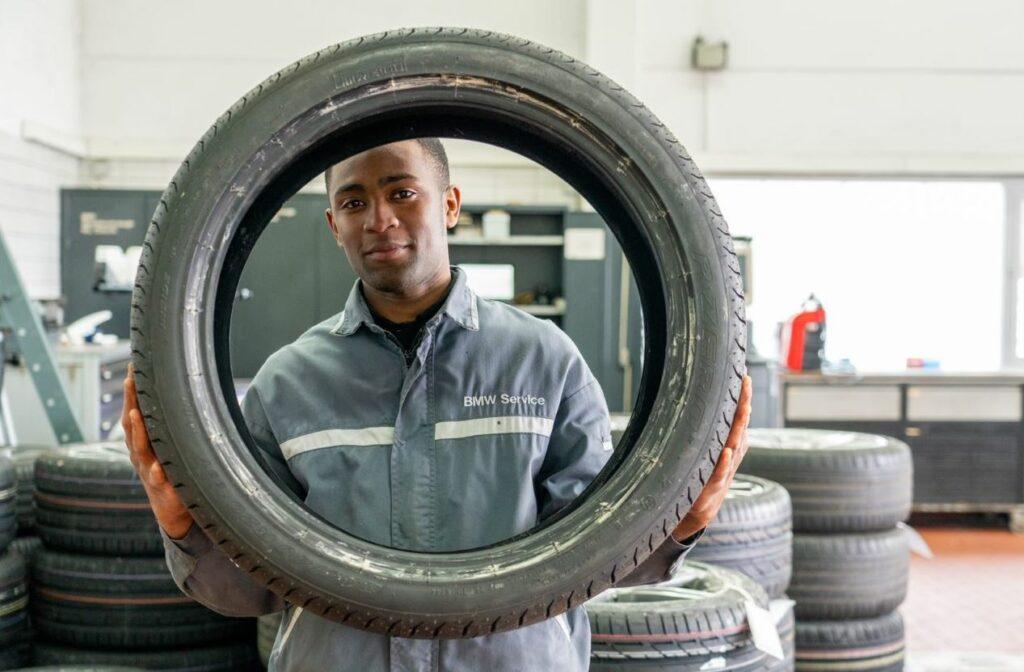 Selbstbewusst und zufrieden: Aristoteles Sebastião hat mit der Ausbildung zum KFZ-Mechatroniker seinen beruflichen Erfolgsweg geebnet.